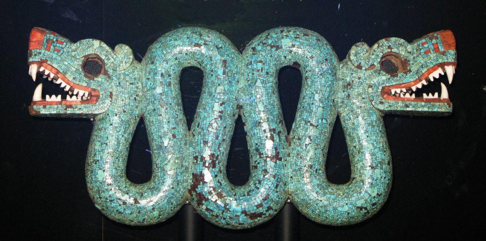 Ornamento pettorale a forma di serpente a doppia testa composto principalmente da frammenti di pietra turchese
