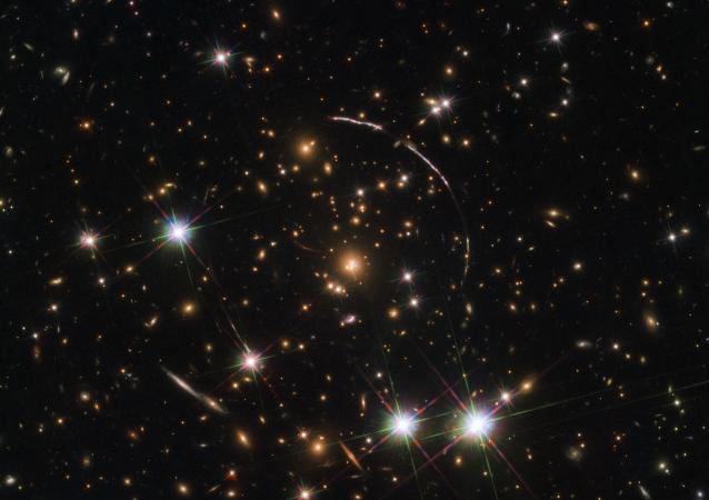 Hubble e la foto con effetto caleidoscopio della galassia Arco di Sunburst