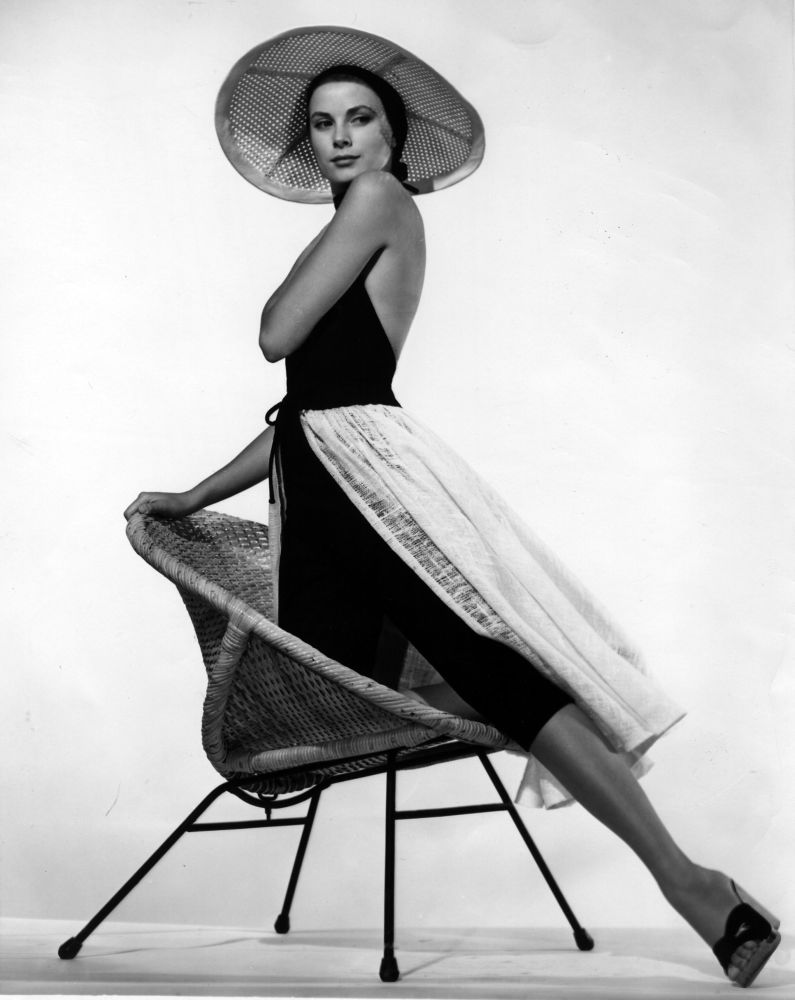 L'attrice americana Grace Kelly indossa un abito da spiaggia disegnato per il suo ultimo film Caccia al ladro, 1955