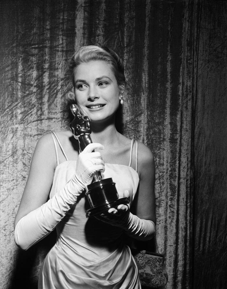 L'attrice americana Grace Kelly con l'Oscar alla miglior attrice per la pellicola 'La ragazza di campagna',1954