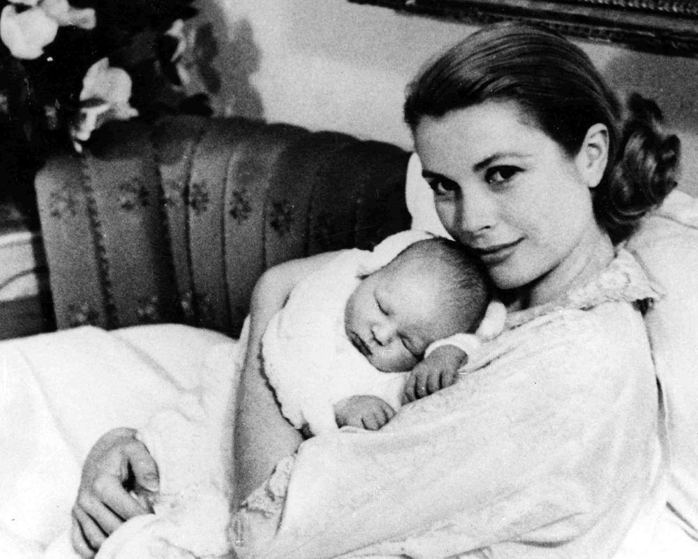 La Principessa Grace Kelly con suo figlio, il Principe Alberto II di Monaco, 1958