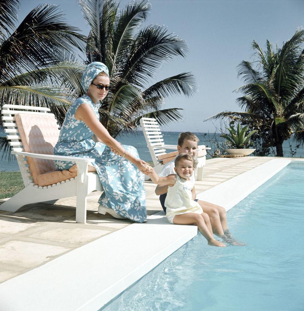 La Principessa Grace con i suoi figli: la Principessa Stephanie ed il Principe Alberto II in Giamaica, 1967