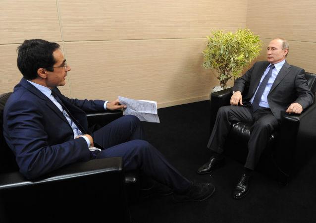Vladimir Putin durante l'intervista rilasciata giorni fa dal presidente Putin alla radiotelesivione svizzera RTS