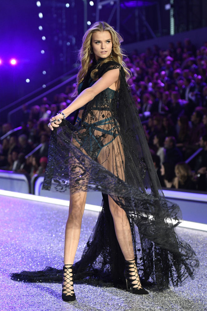 La modella russa Kate Grigorieva durante una sfilata di Victoria's Secret Fashion Show, Parigi, il 30 novembre 2016