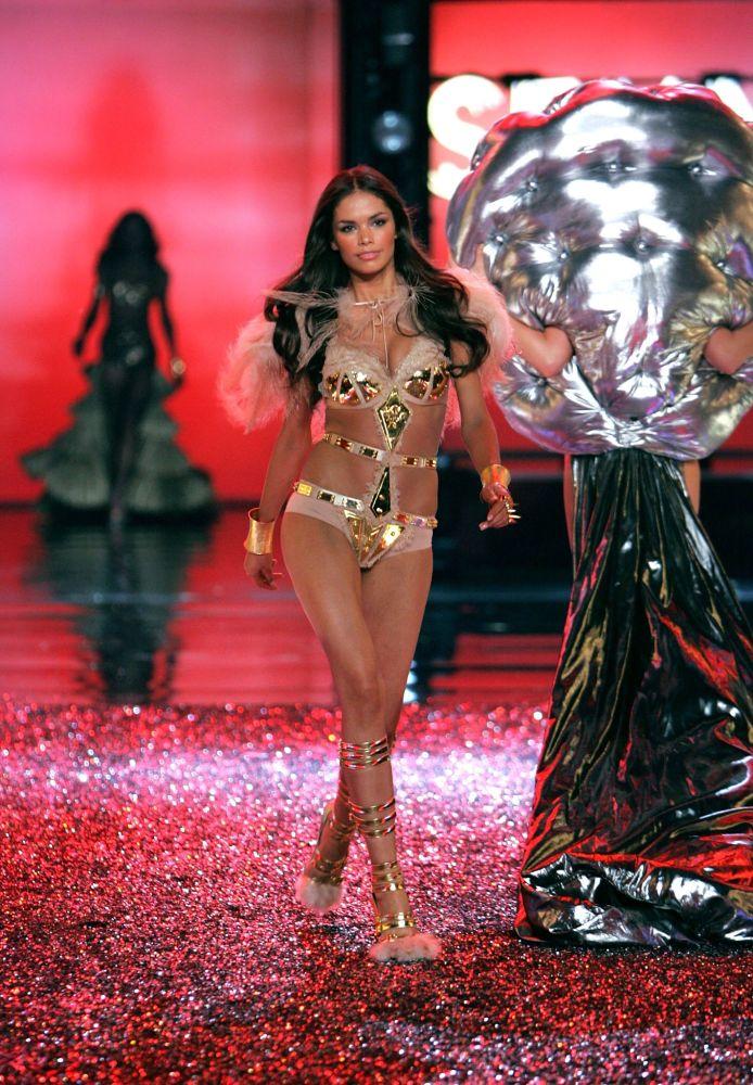 La modella Katja Shchekina durante una sfilata di Victoria's Secret Fashion Show, il 16 novembre 2006, Hollywood