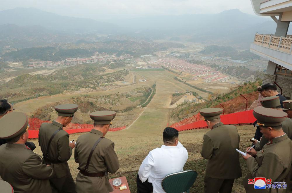 Il leader nordcoreano Kim Jong-un visita il resort termale della contea di Yangdok