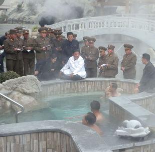Kim Jong Un insieme alla moglie Ri Sol Ju visita il complesso termale dello Yangdok County Hot Spring Resort
