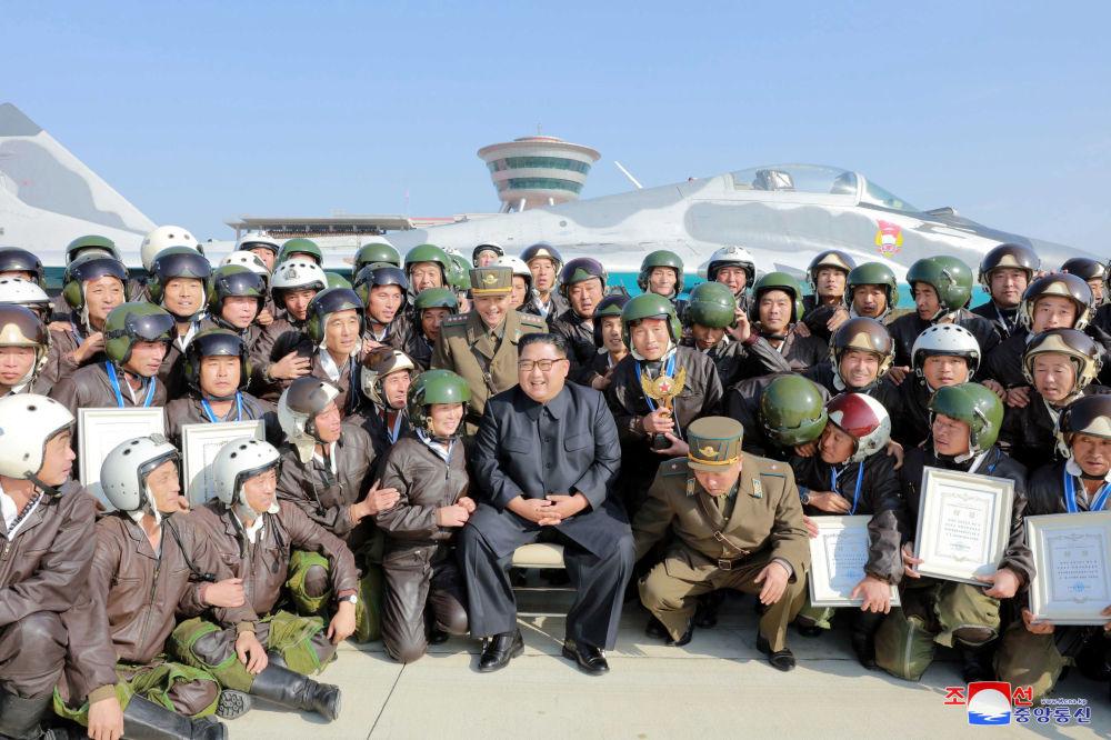 Il leader nordcoreano Kim Jong-un partecipa al 'Combat Flight Contest-2019' dell'aeronautica militare e antiaerea dell'esercito coreano all'aeroporto di Wonsan Kalma
