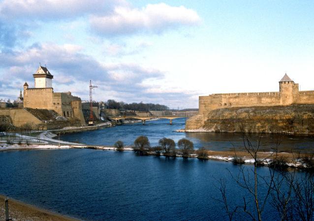Il Ponte dell'amicizia al confine tra Estonia e Russia, nelle città di Narva e Ivangorod