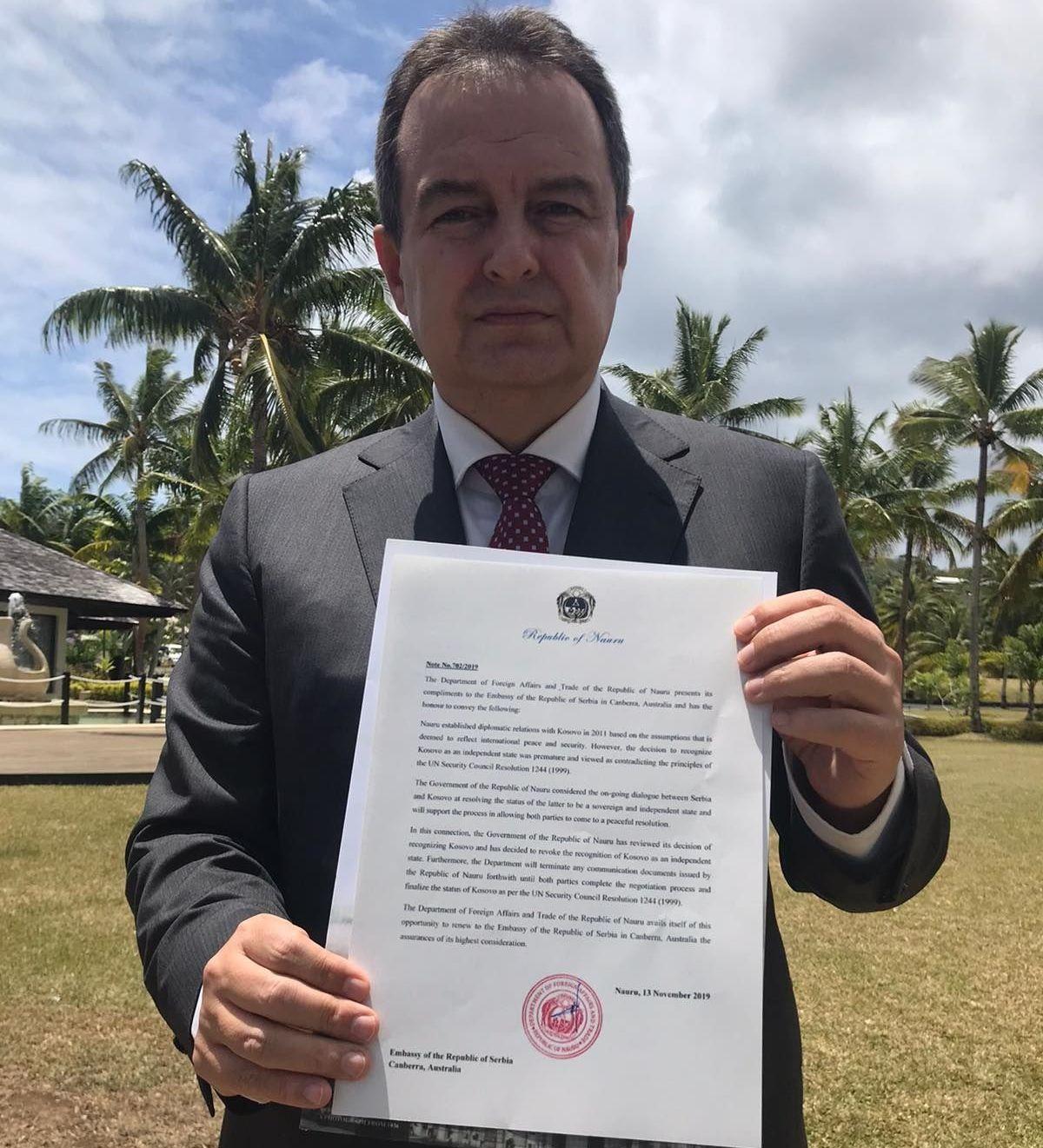 Ivica Dacic con la nota della Repubblica di Nauru sul ritiro del riconoscimento del Kosovo