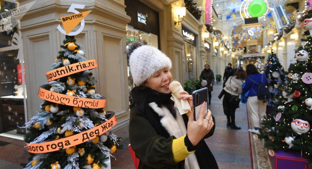 L'albero di Natale di Sputnik allo storico centro commerciale Gum in centro a Mosca