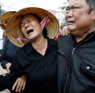 I parenti di John Nguyen Van Hung, una delle persone trovate morte all'interno di un tir nell'Essex (Regno Unito) il mese scorso, un'ambulanza che trasportava il suo corpo è arrivata nella provincia di Nghe An, in Vietnam, il 27 novembre 2019