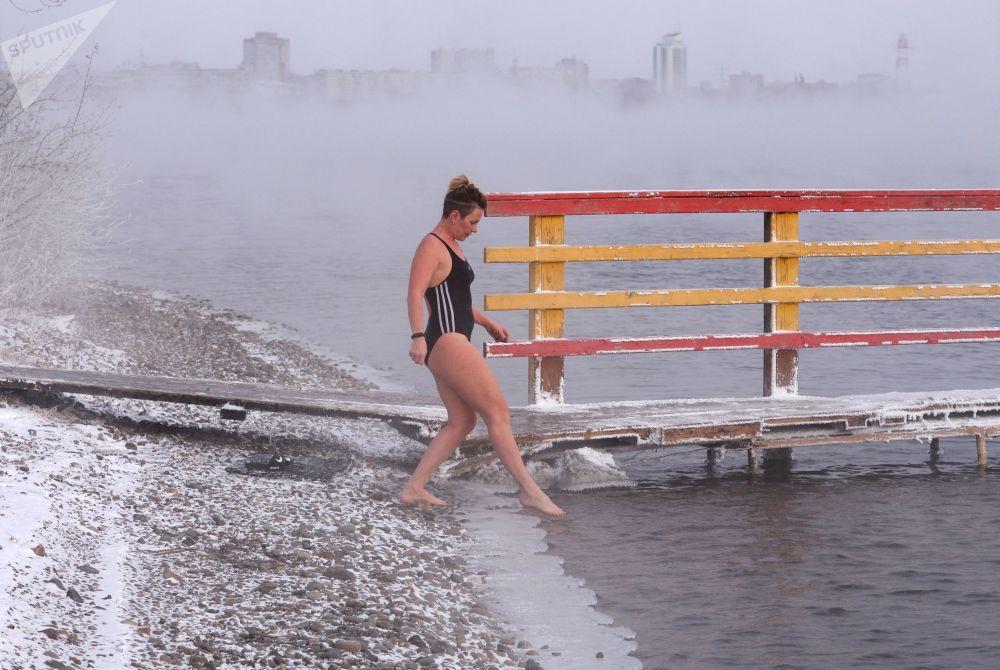 Krasnoyarsk, Siberia, -20°. Membri del centro nuoto Megapolus si allenano per le gare invernali di nuoto all'aperto nel fiume Enisej.