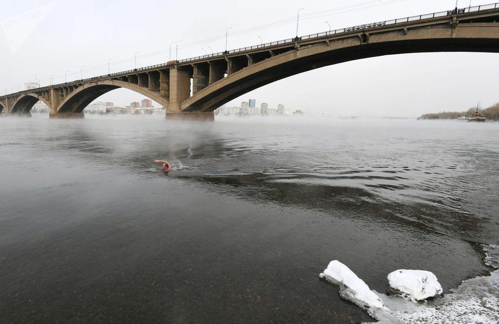 Nuotatore invernale prende parte al lancio della nuova stagione di nuoto a Krasnoyarsk.