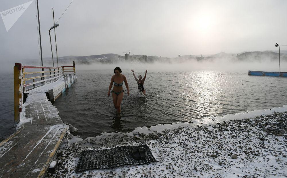 I membri del centro di nuoto Megapolus si godono l'acqua gelata del fiume Enisej.