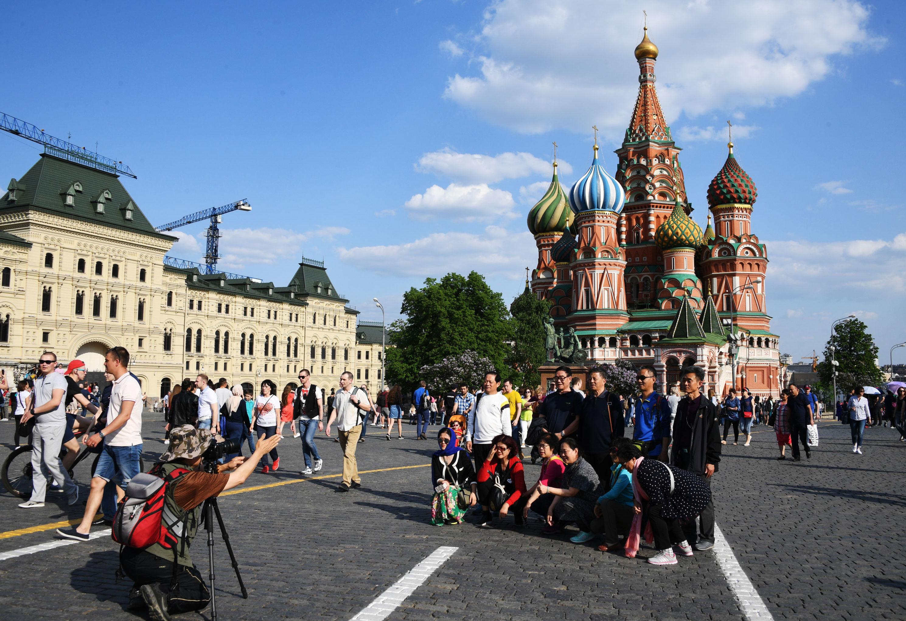 Turisti si fanno una foto sulla Piazza Rossa a Mosca