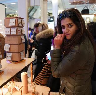 Una ragazza vista in un negozio nel periodo di sconti a New York
