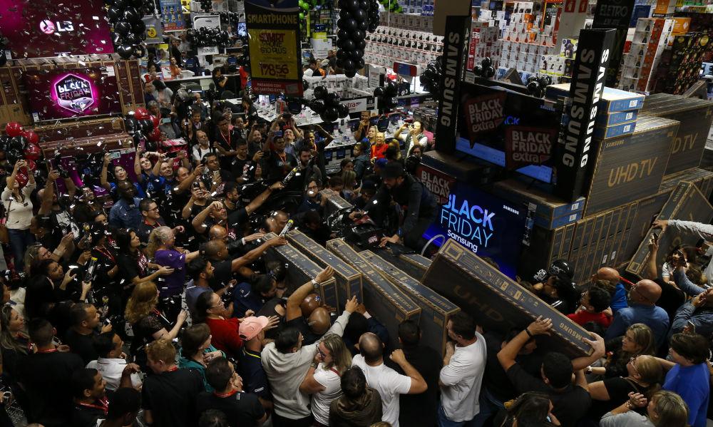 Tanti sono i clienti che desiderano acquistare una TV a buon prezzo a Sao Paulo, Brasile