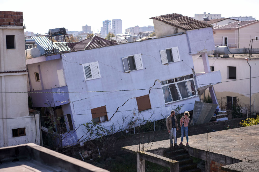 Un edificio distrutto dal sisma nella città albanese di Durazzo.