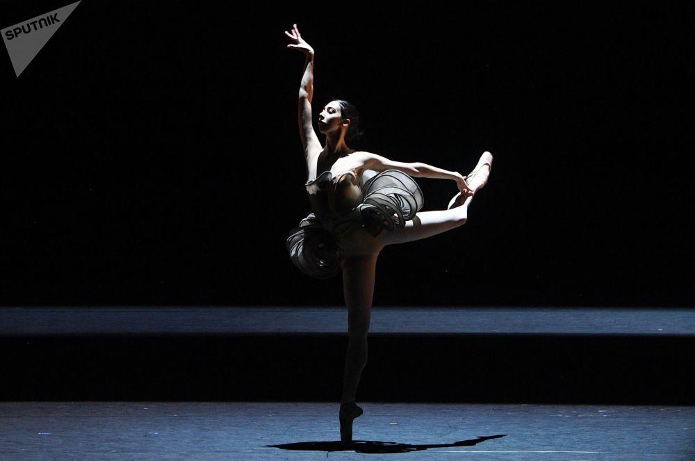 Ana Turazashvili in un episodio del balletto Come un respiro sul palco storico del Teatro Bolshoi a Mosca.
