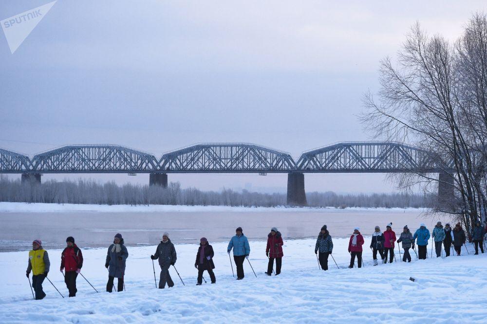 Una lezione di Nordic Walking a Novosibirsk, in Russia.