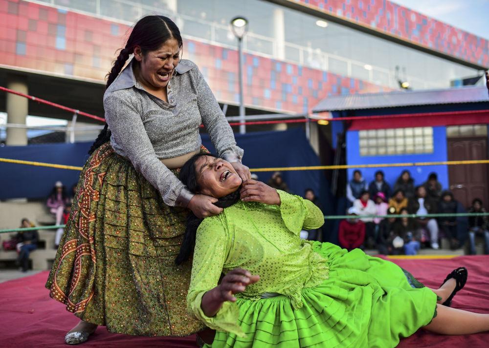 La lottatrice boliviana Ana Luisa Yujra, nota come Jennifer Due Facce, nella gara con Lidia Flores Dina, la Regina del Ring a El Alto, in Bolivia.
