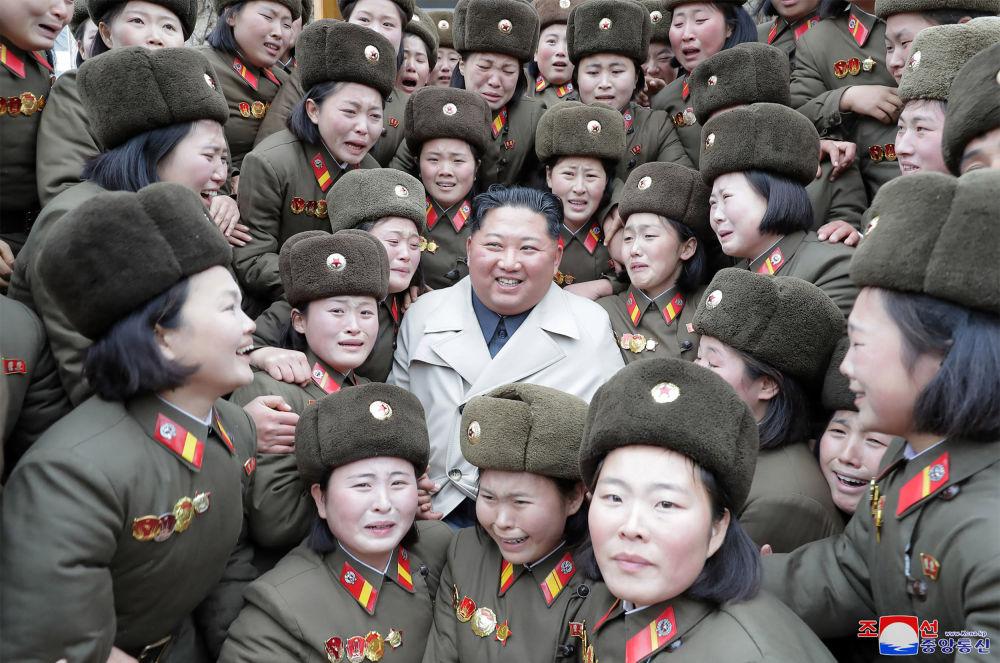 Il leader della Corea del Nord Kim Jong-un incontra il reparto femminile dell'esercito popolare coreano.