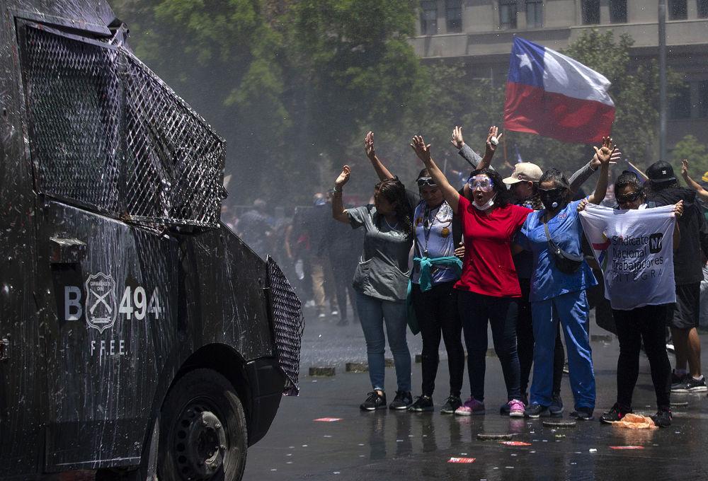 Le proteste a Santiago del Cile.