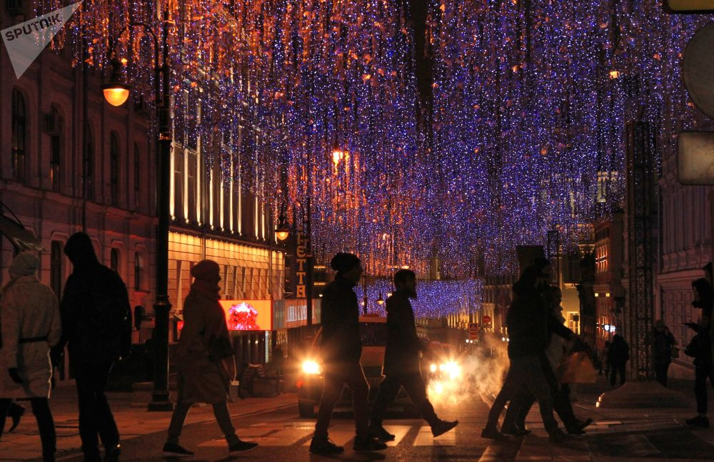 Addobbi natalizi in una via moscovita.