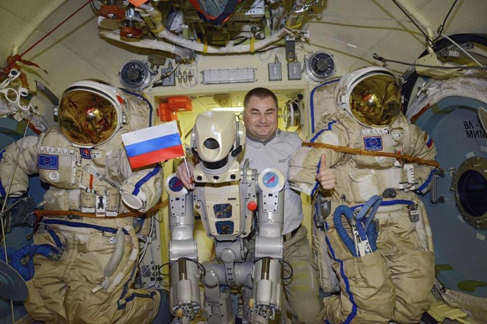 Il robot umanoide russo Skybot F-850 con l'astronauta dell'Agenzia spaziale russa Alexey Ovchinin a bordo della Stazione Spaziale Internazionale