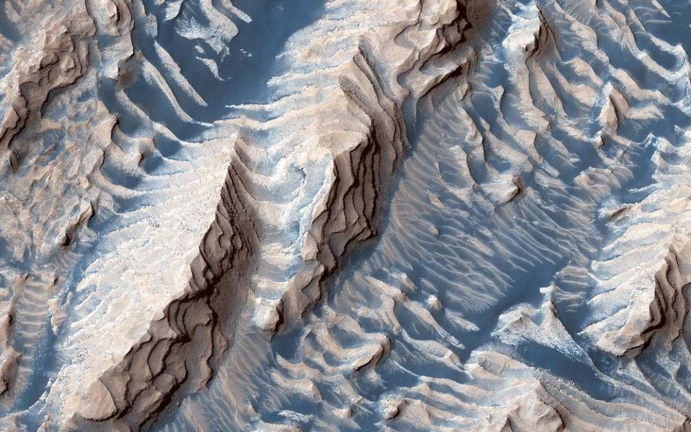 Questa immagine ripresa dalla sonda spaziale polifunzionale della NASA Mars Reconnaissance Orbiter mostra rocce sedimentarie all'interno del cratere Danielson sulla superficie di Marte