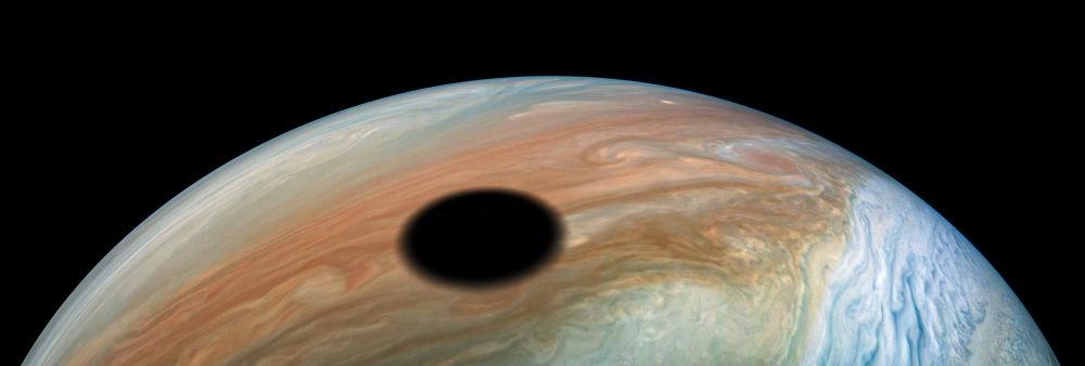 Il satellite Io getta la sua ombra su Giove