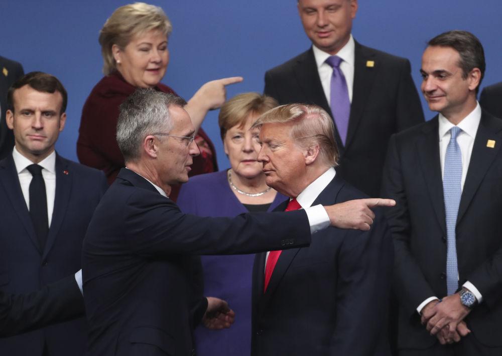 Il segretario generale della NATO parla con il presidente degli USA Donald Trump al vertice dell'Alleanza transatlantica a Watford, nel Regno Unito.