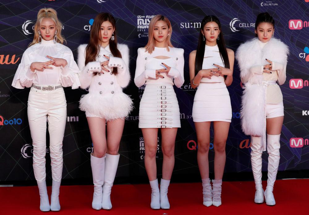Le ragazze di una girl-band sudcoreana ITZY sul tappetto rosso dell'annuale MAMA Awards a Nagoya, nel Giappone.