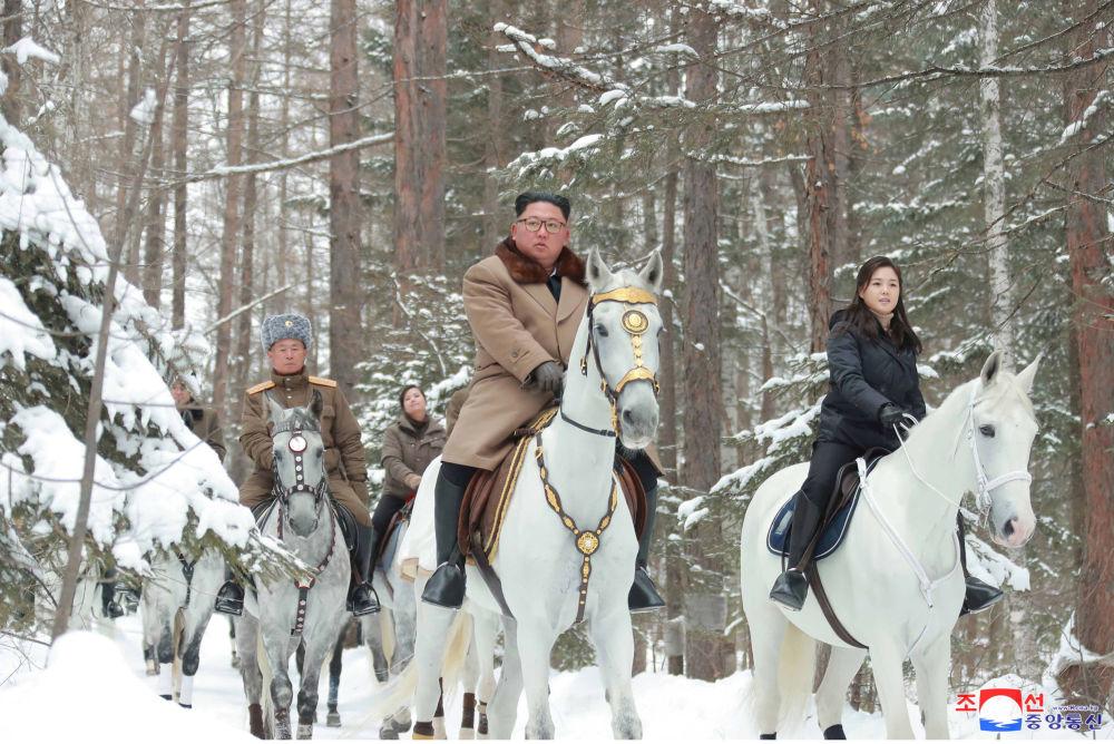 Il leader nordcoreano Kim Jong-un va a cavallo con sua moglie sul monte Paektu.