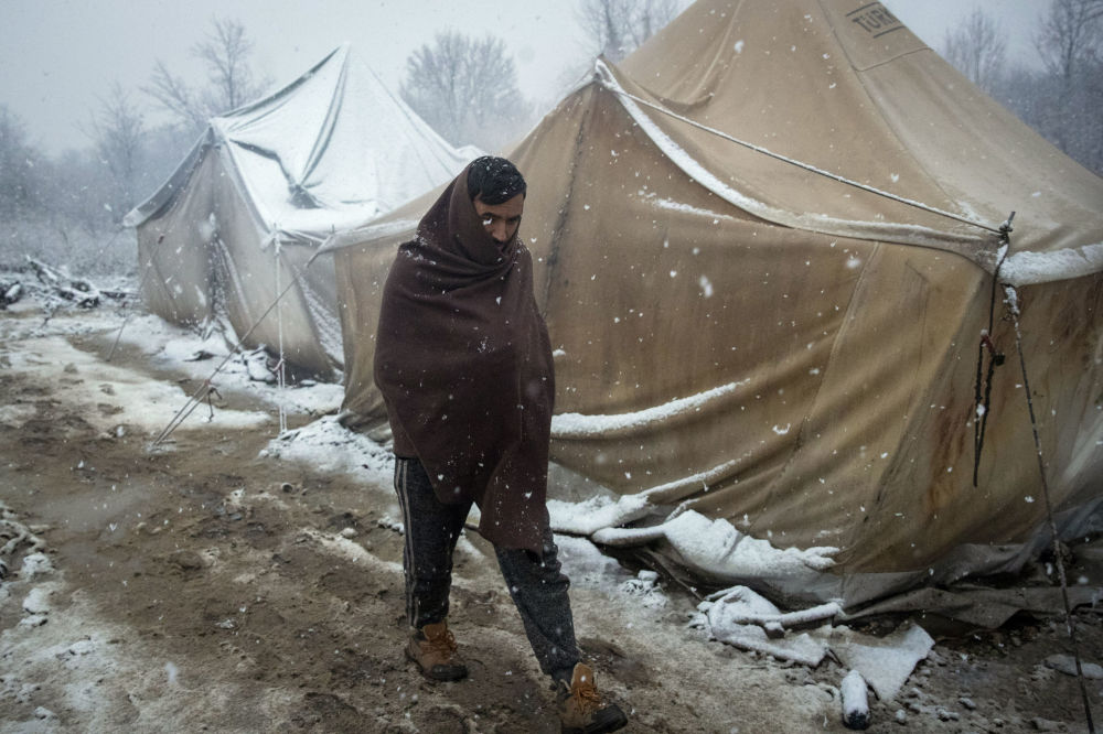 Un migrante in un campo rifugiati in Bosnia.