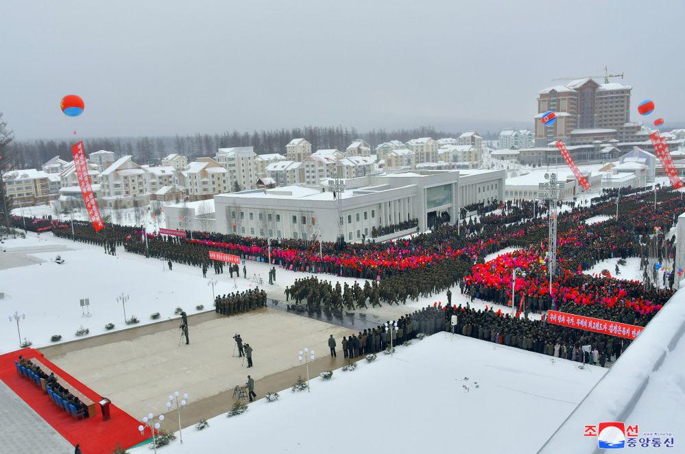 Il corteo all'inaugurazione della nuova città nella contea di Samjiyon.