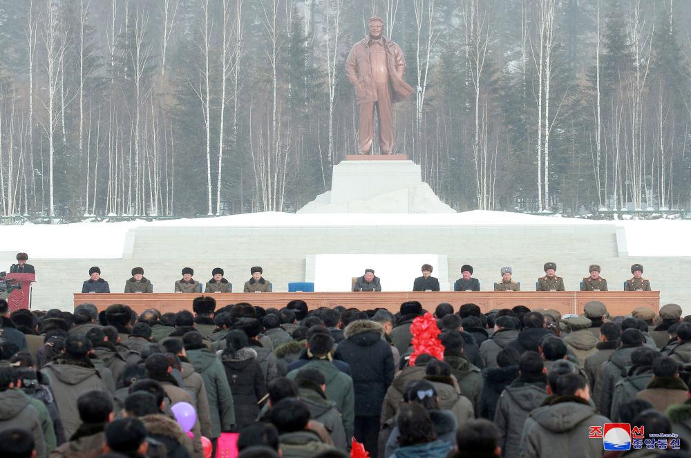 La statua del rivoluzionario ed ideologo di Juche Kim Il-sung nella nuova città.