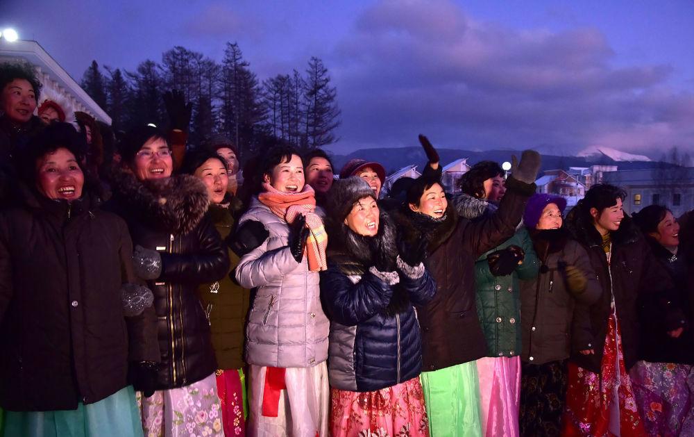 Le donne alla celebrazione del termine della costruzione della nuova città.