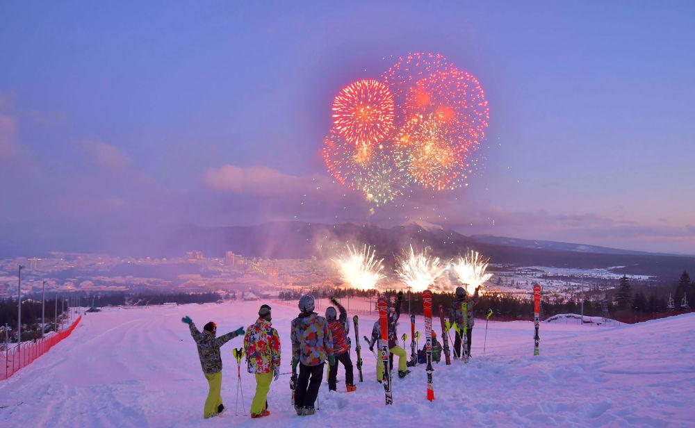 I fuochi d'artificio nel tramonto visti dalla pista da sci.