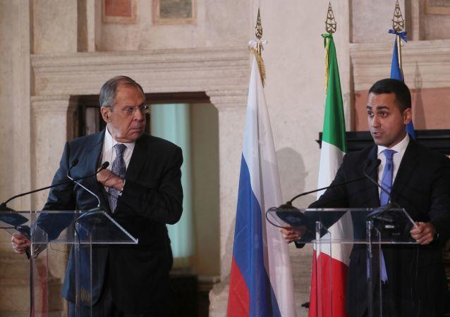 Sergey Lavrov e Luigi Di Maio durante una conferenza stampa a Roma (foto d'archivio)