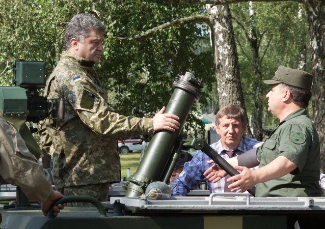 Petr Poroshenko in visita a base della Guardia Nazionale, Kiev