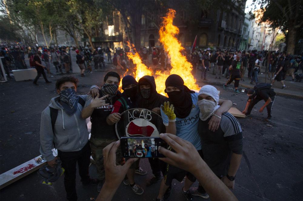Le manifestanti a Santiago, Cile, il 6 dicembre del 2019