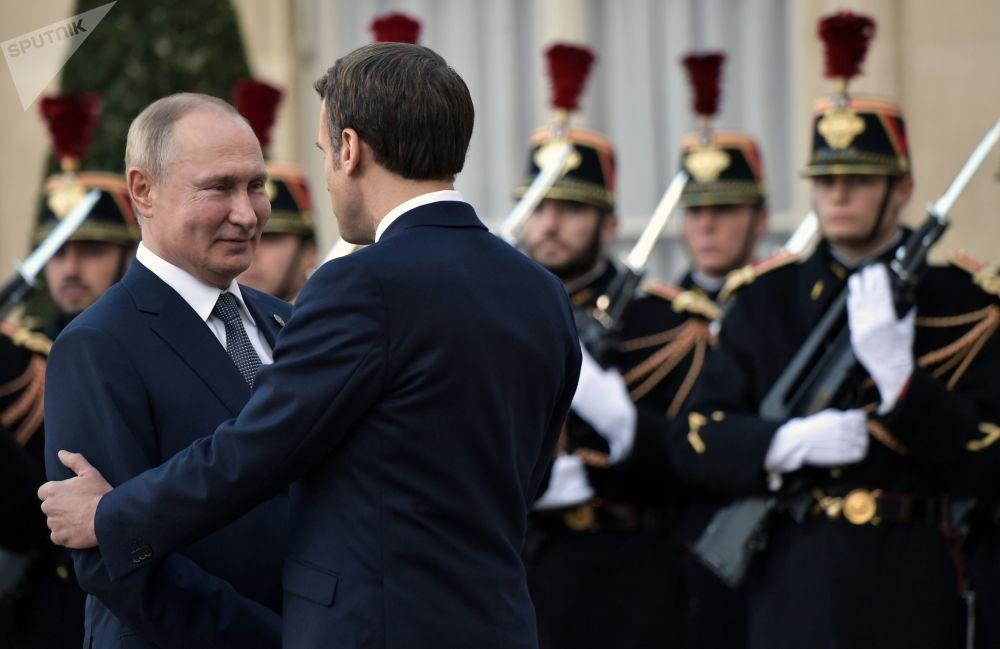 Il presidente russo Vladimir Putin e il presidente francese Emmanuel Macron durante una cerimonia ufficiale nel Palazzo dell'Eliseo, il 9 dicembre 2019