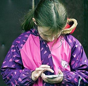 Una bambina con cellulare