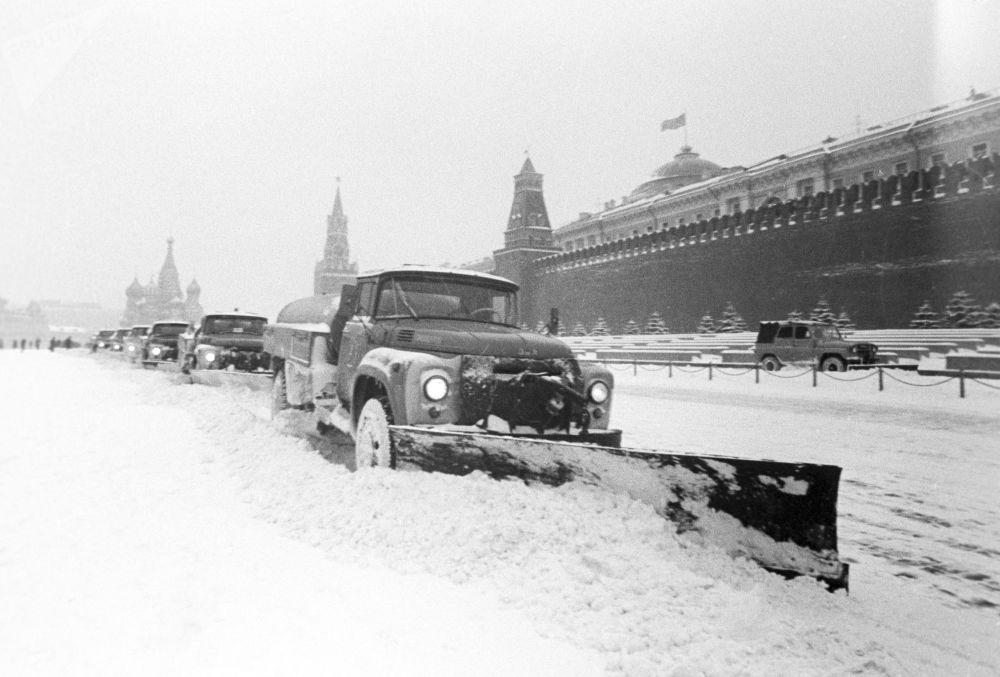 Pulizia delle strade di Mosca dopo una nevicata