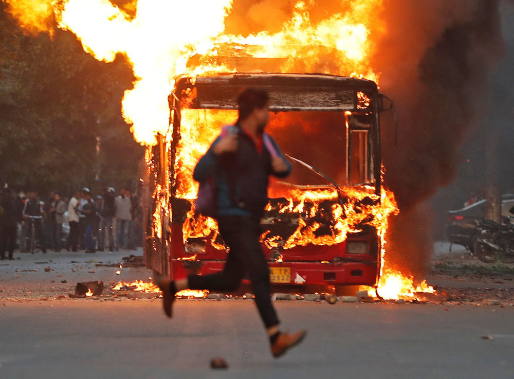 Le proteste contro la nuova legge sulla cittadinanza a Nuova Delhi, India, il 15 dicembre 2019