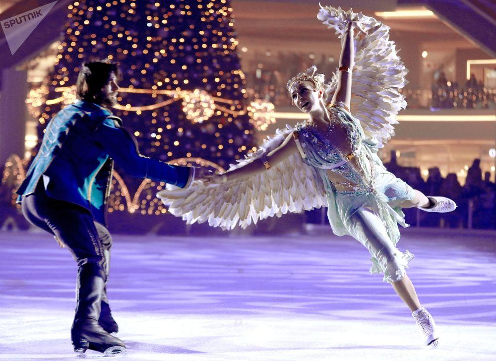 I pattinatori Tatyana Navka e Petr Chernyshev si esibiscono nello spettacolo sul ghiaccio La bella addormentata. La leggenda dei due regni, Russia