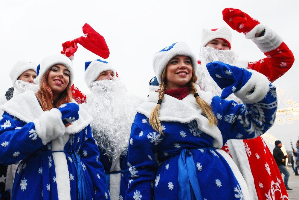 Partecipanti al festival di Babbo Natale a Mosca, Russia