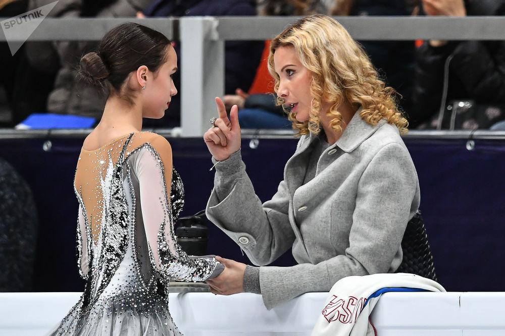 Alina Zagitova e il suo allenatore Eteri Tutberidze parlano dopo l'esibizione al Campionato europeo di pattinaggio di figura a Mosca, Russia